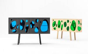 Mobiliario: aparador de madera y vidrio coloreado